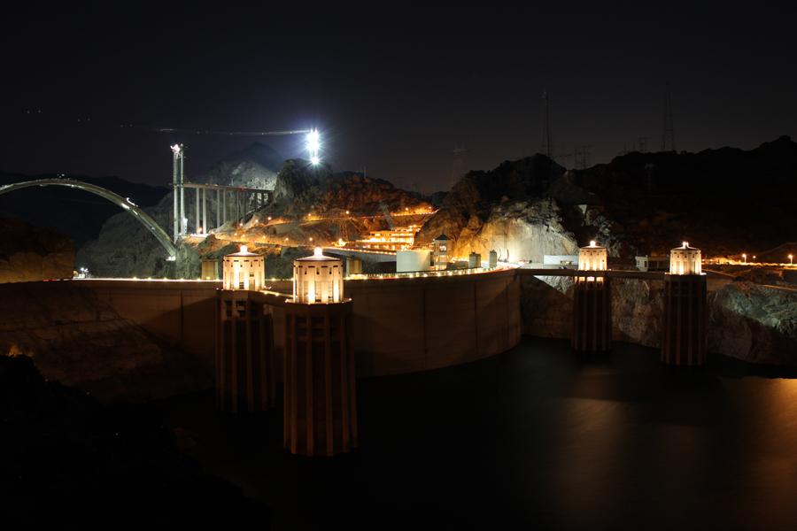 Hoover Dam bei Nacht