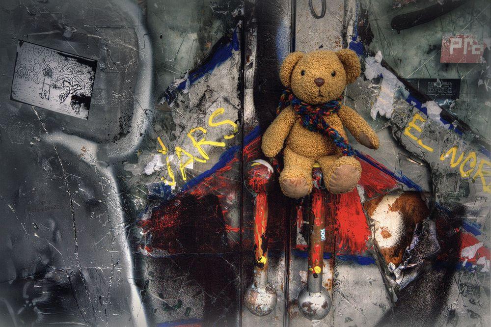 Verschlossene tür  Horschti und die verschlossene Tür Foto & Bild   fotokunst, color ...