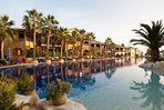 Hotel Pool im Sonnenuntergang