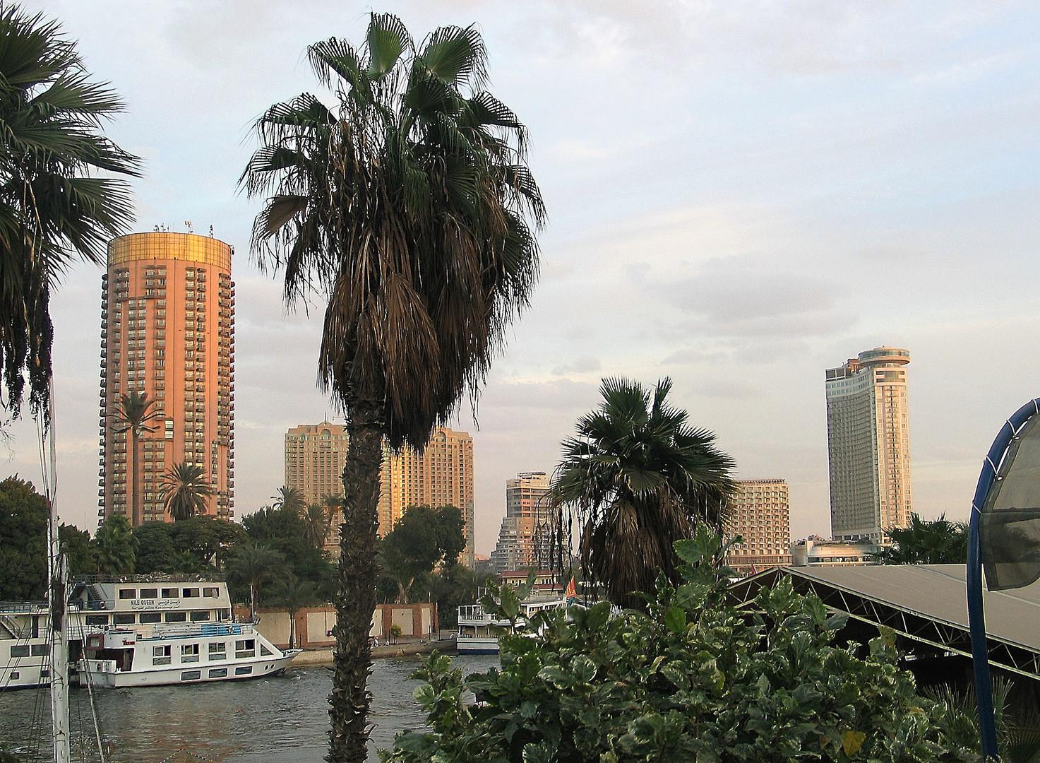 Hotel-Skyline am Nilufer in Kairo