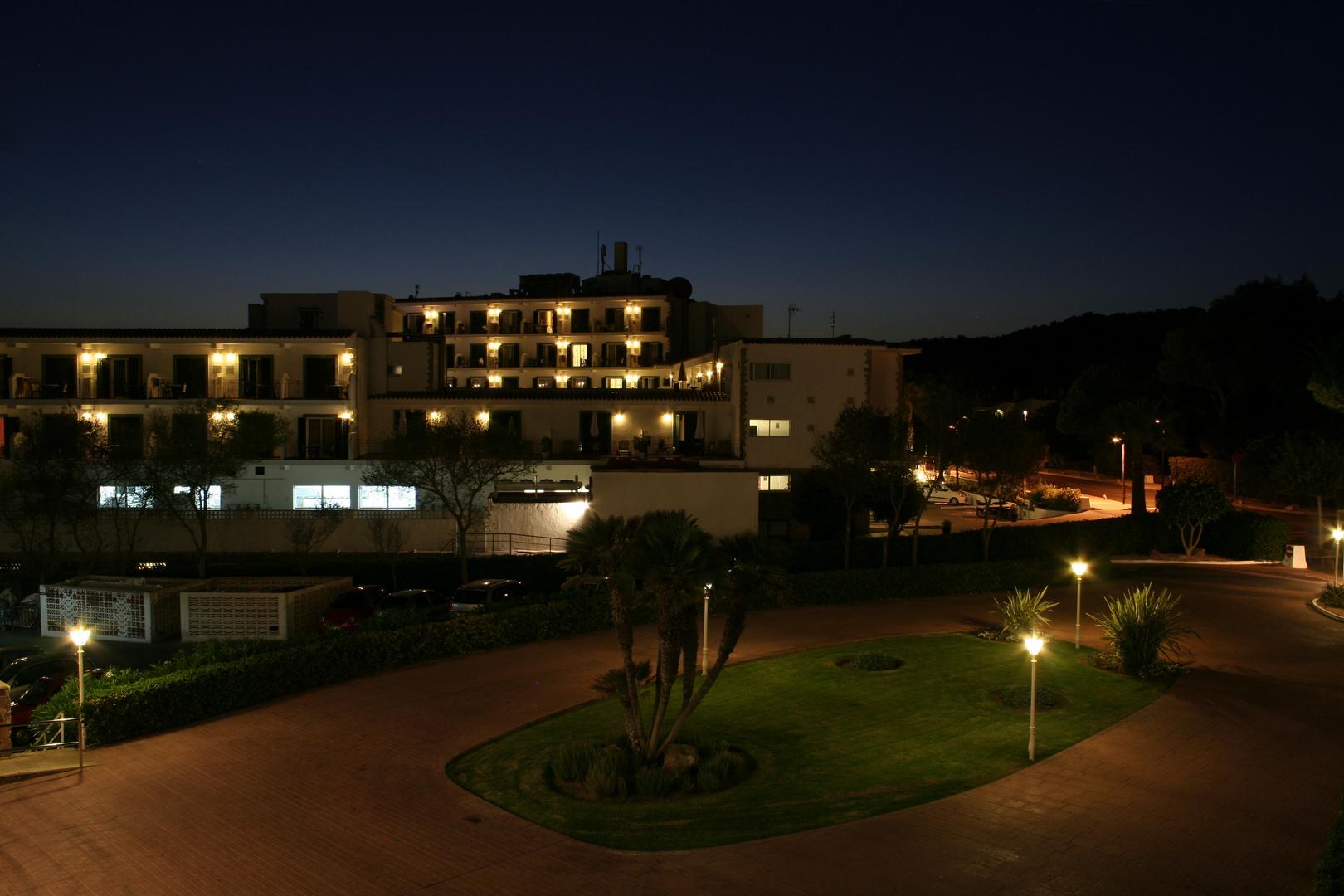 Hotel Sol Menorca in der Dunkelheit