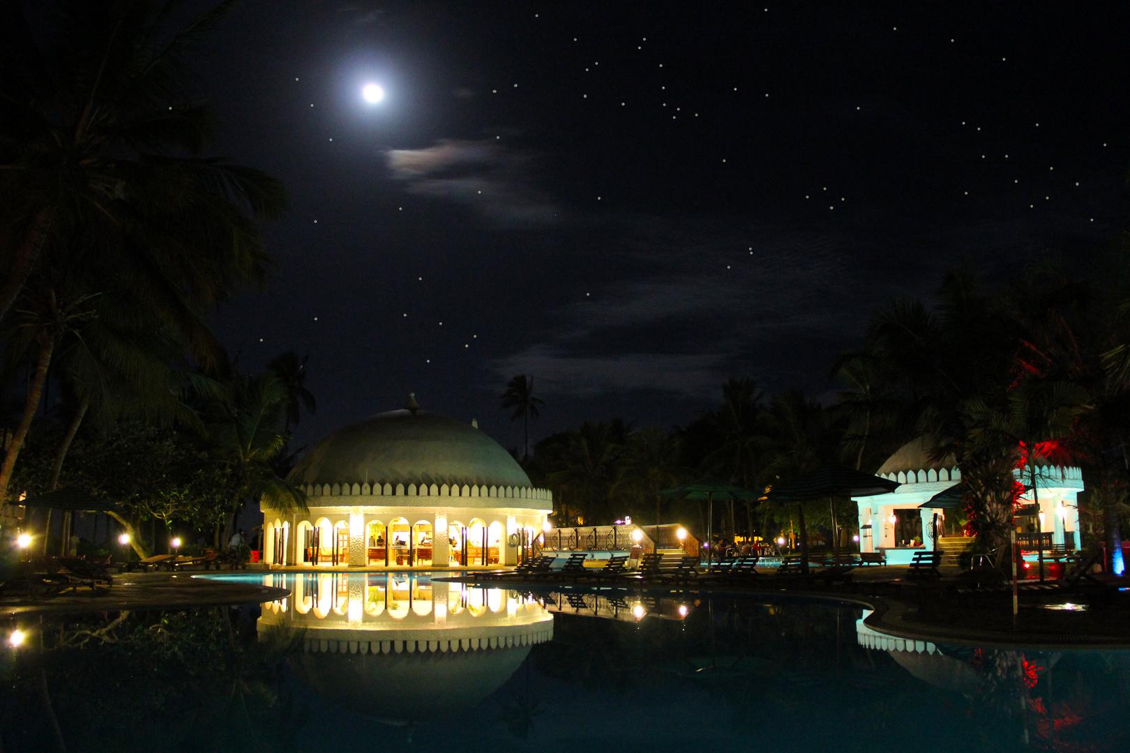 "Hotel ""Southern Palms Beach Resort"" bei Nacht"
