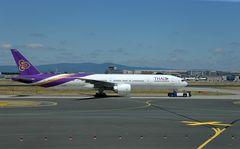 HS-TKK - Boeing 777-300 mit Flugzeugschlepper -