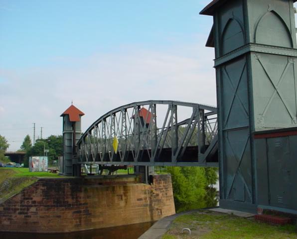 Hubbrücke im Zollhafen