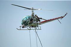 Hubschrauber mit Streugerät zur Bekämpfung von Schnaken D-HAAE