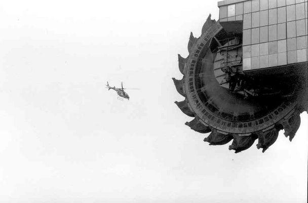 Hubschrauber umkreist Tagebaubaggerumzug