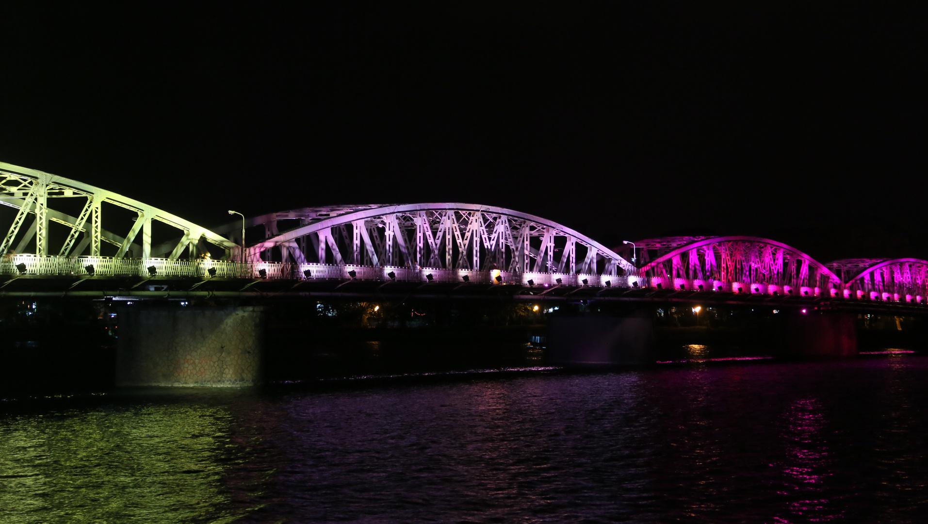 Hue, Brücke bei Nacht