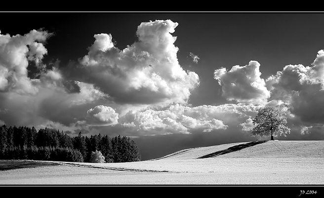 hügelige Landschaft mit Wolken..