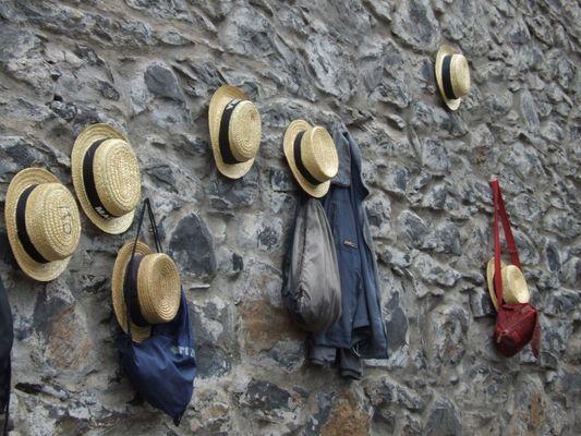 Hüte an der Wand