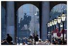 Hüte, Laternen, Verkehrsschilder und Pferdebesitzer