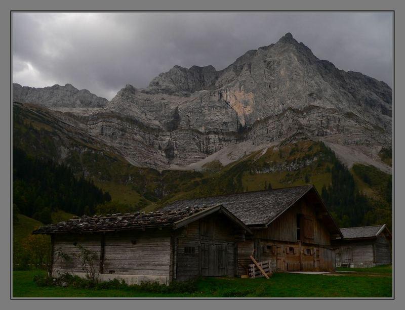Hütten im herbstlichen Karwendel