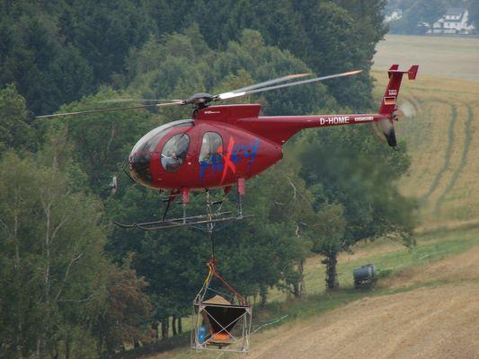 Hughes 500D bei der Waldkalkung im Vogtland