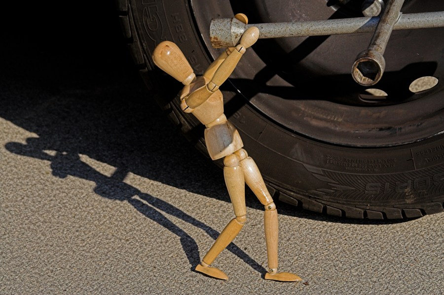 Hugo hilft beim Reifenwechseln.