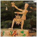 Hugo schmückt den Weihnachtsbaum