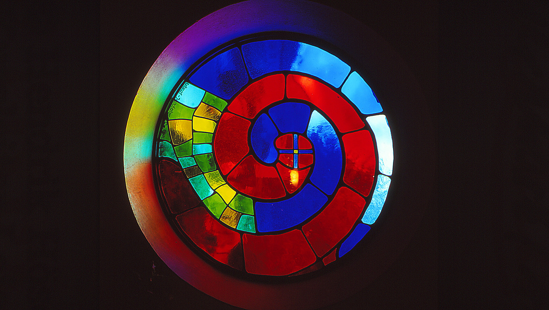 Hundertwasserfenster in einer Kirche in der Steiermark/Österreich