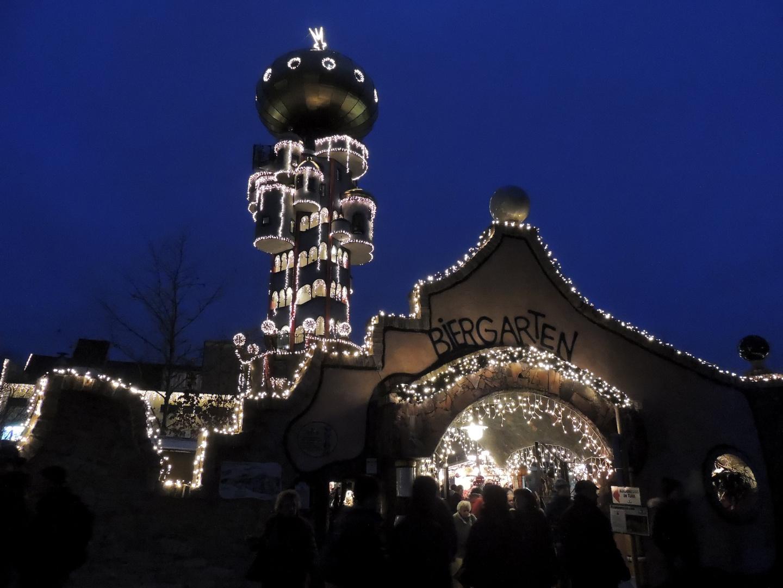 Hundertwasserturm mit Weihnachtsmarkt