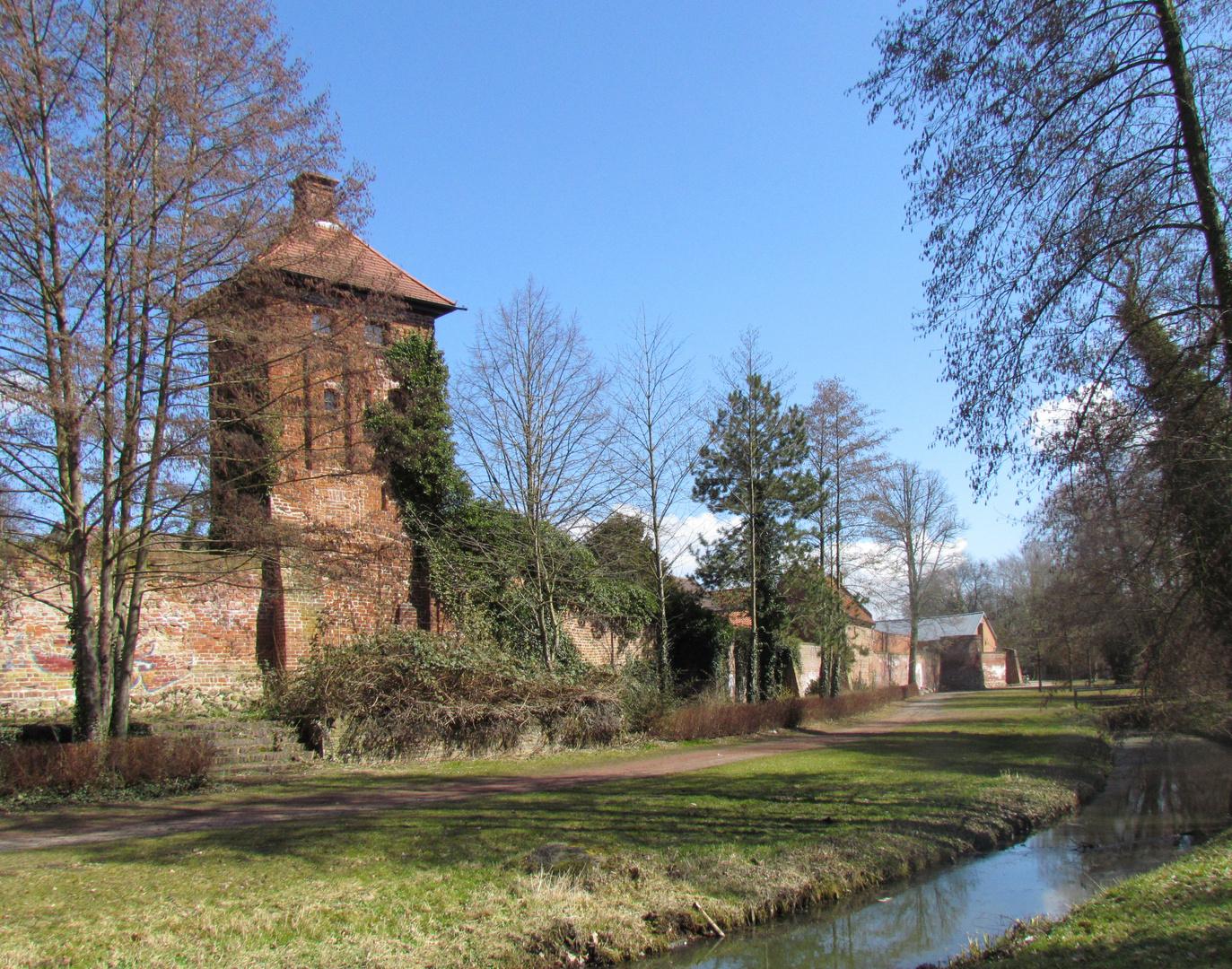 Hungerturm mit südlicher Stadtmauer in Salzwedel