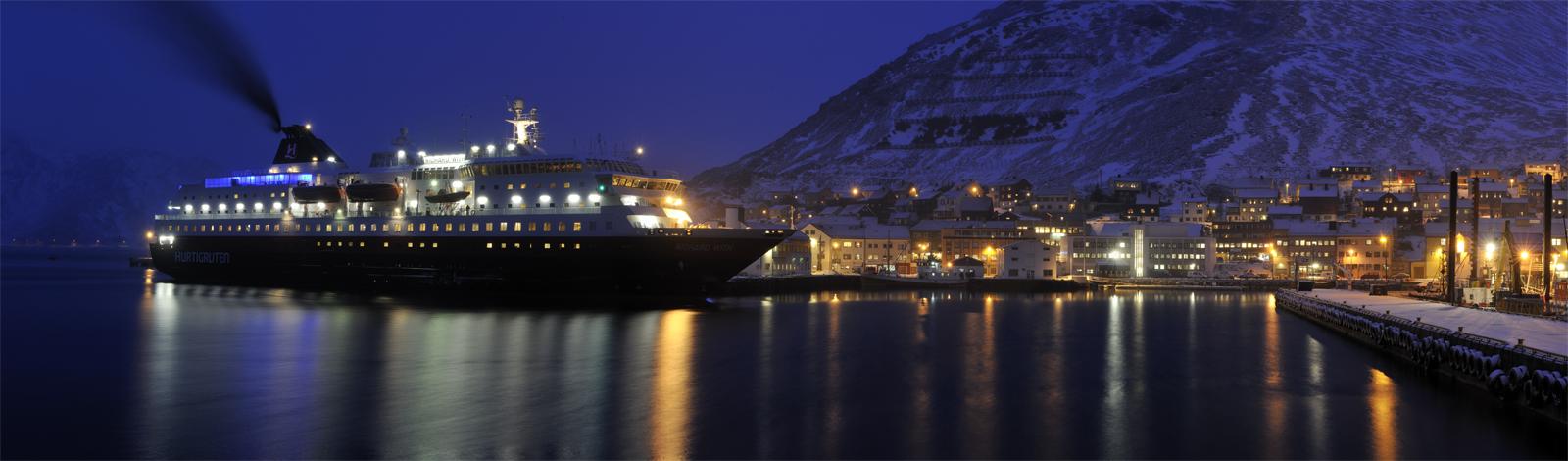 Hurtigruten in Honnigsvag, Norwegen
