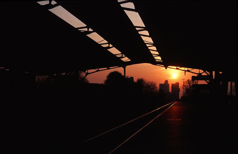 Husumer Bahnhofshalle am Abend.