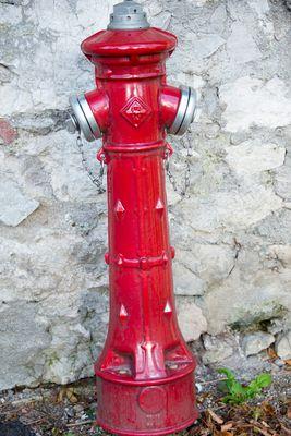 Hydrant vor altem Gemäuer