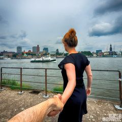 I Follow You: Blick über die Elbe mit Barkasse