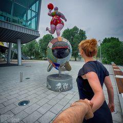 I Follow You: Niki de Saint Phalle Skulptur vorm Stage Theater