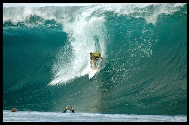 Ian Walsh auf einer der größten Wellen des Trips
