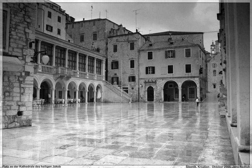 Šibenik - Platz vor der Kathedrale des heiligen Jakob im nassen Regengrau