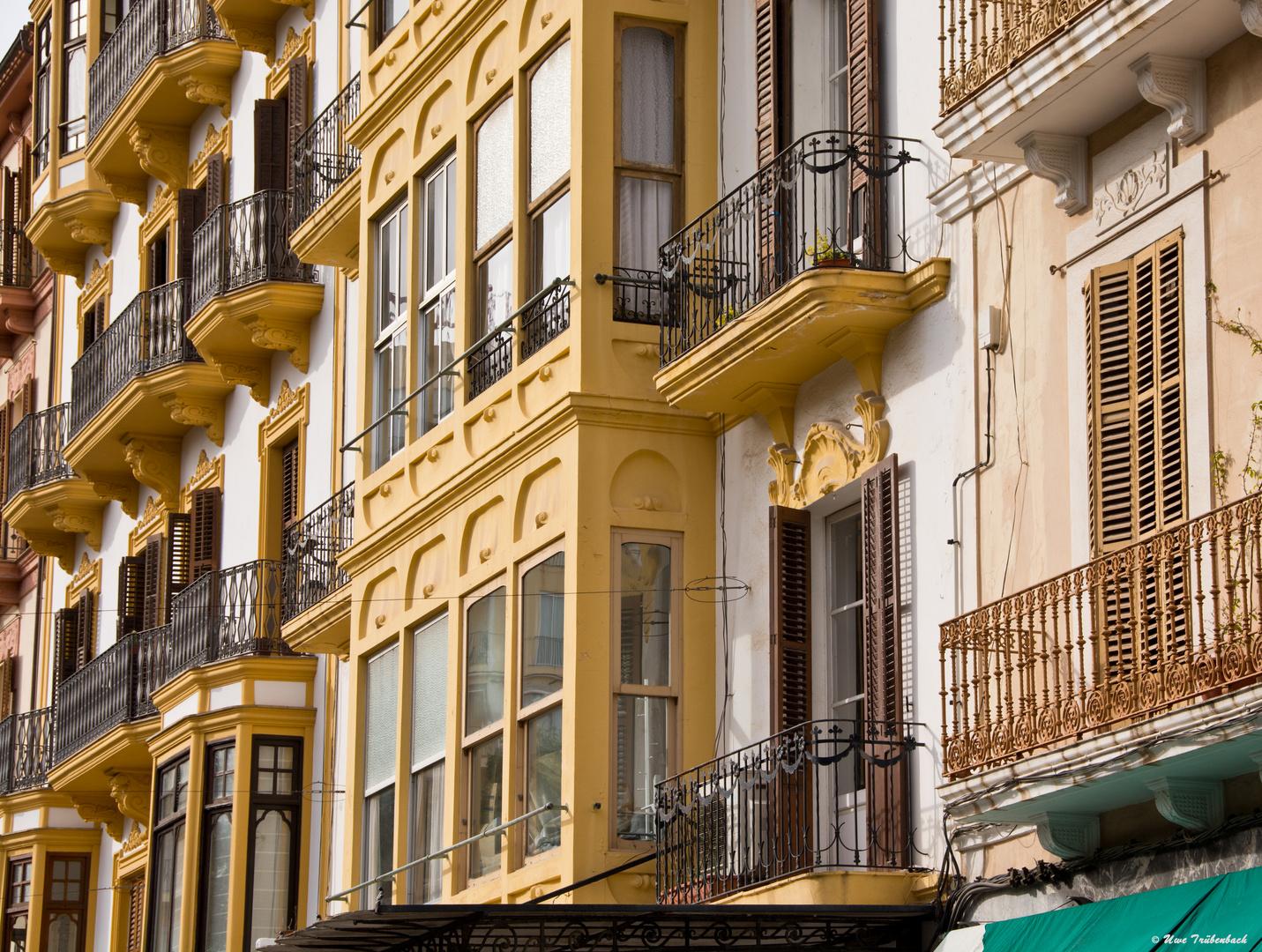 Ibiza-Architektur: Fassade am zentralen Platz Vara de Rey (3)