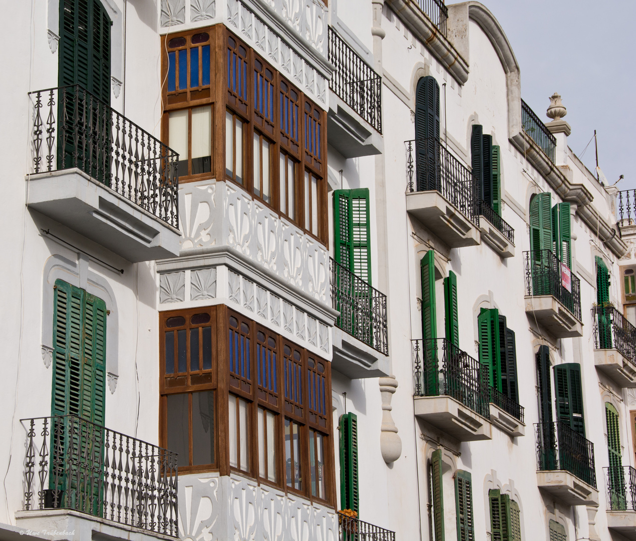 Ibiza-Architektur: Fassade am zentralen Platz Vara de Rey (4)