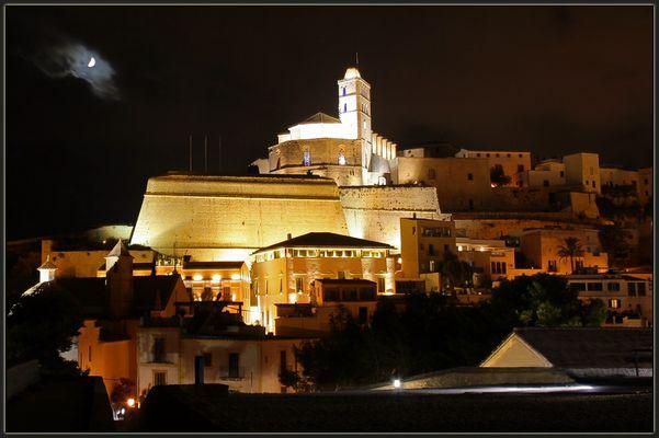 Ibiza-Stadt bei Nacht