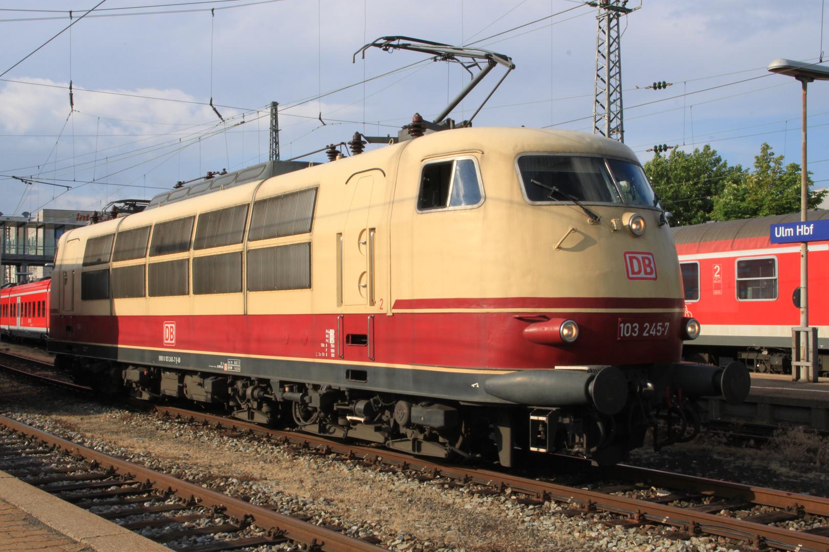 IC 2094 mit 103 245-7 in Ulm Hbf am 01.07.2011