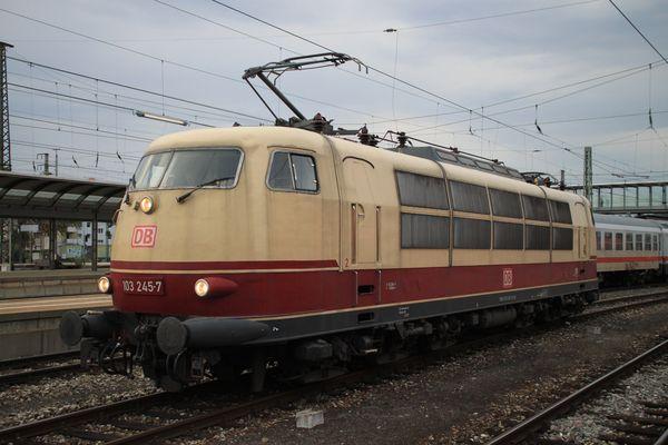 IC 2094 mit 103 245-7 in Ulm Hbf am 16.09.2011