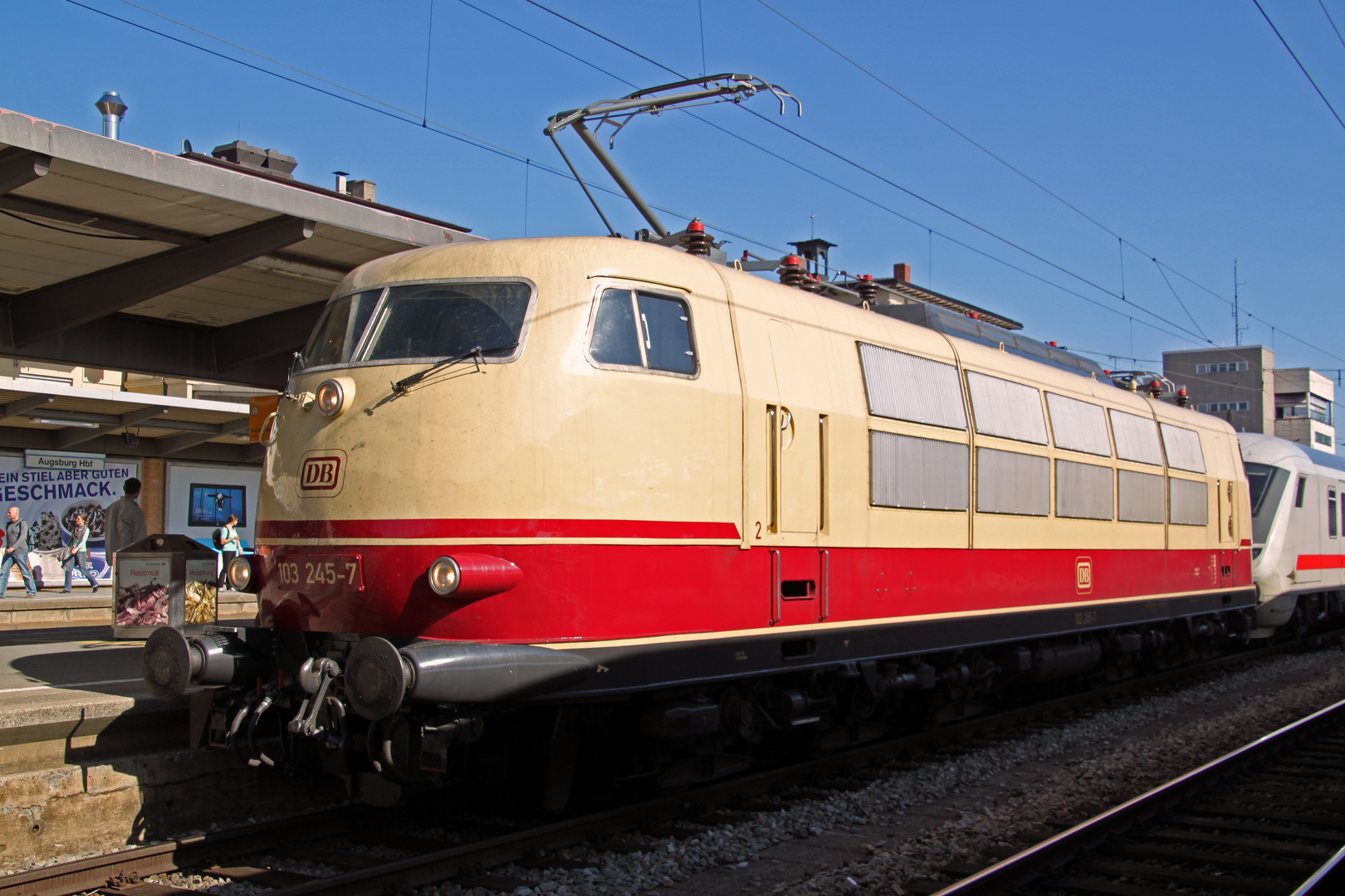IC 2206 mit 103 245-7 in Augsburg