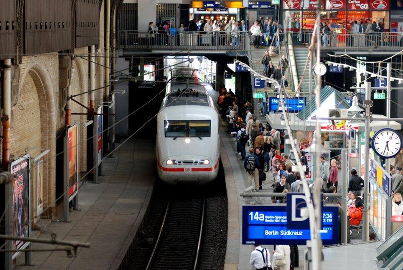 ICE Ankuft am Bahnsteig Hamburg HBH