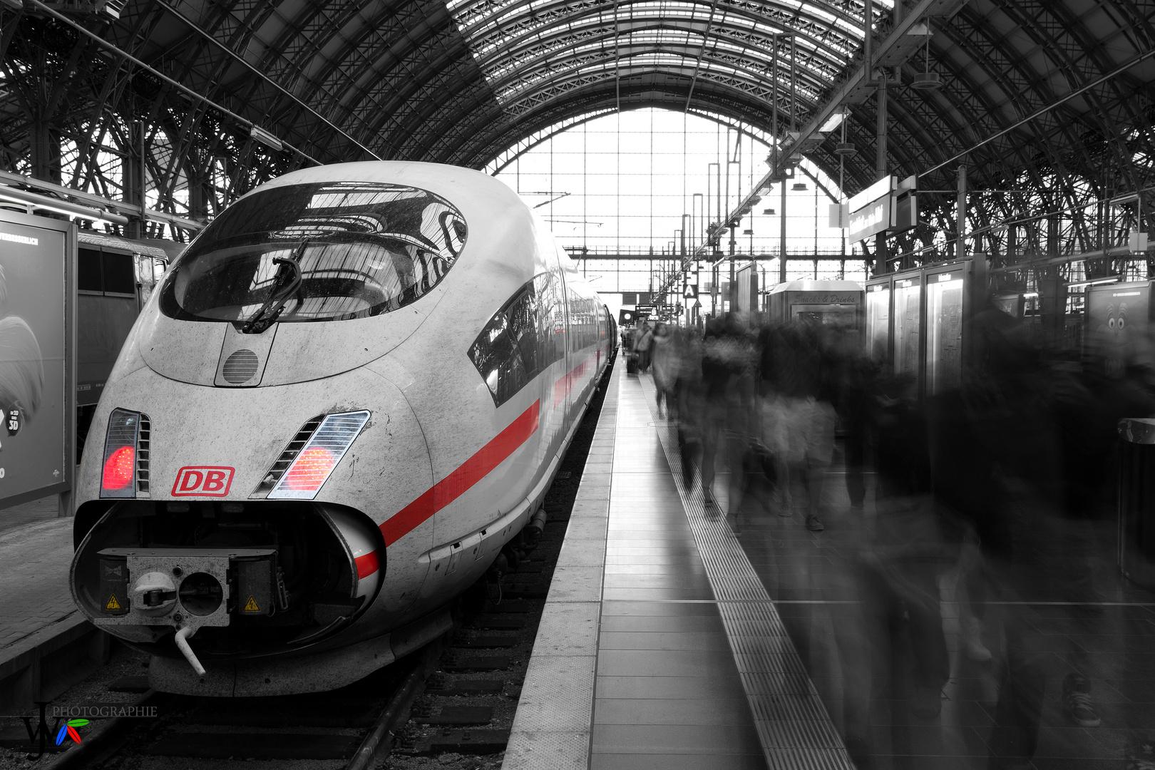 ICE Ankunft am Hauptbahnhof Frankfurt