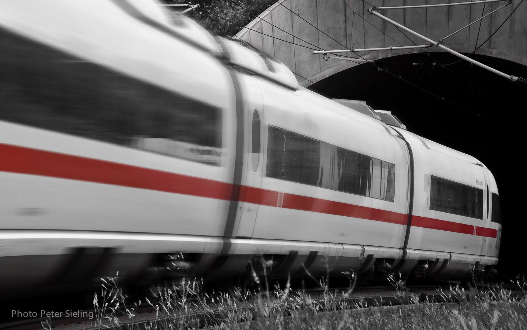 ICE auf dem Weg in den Tunnel