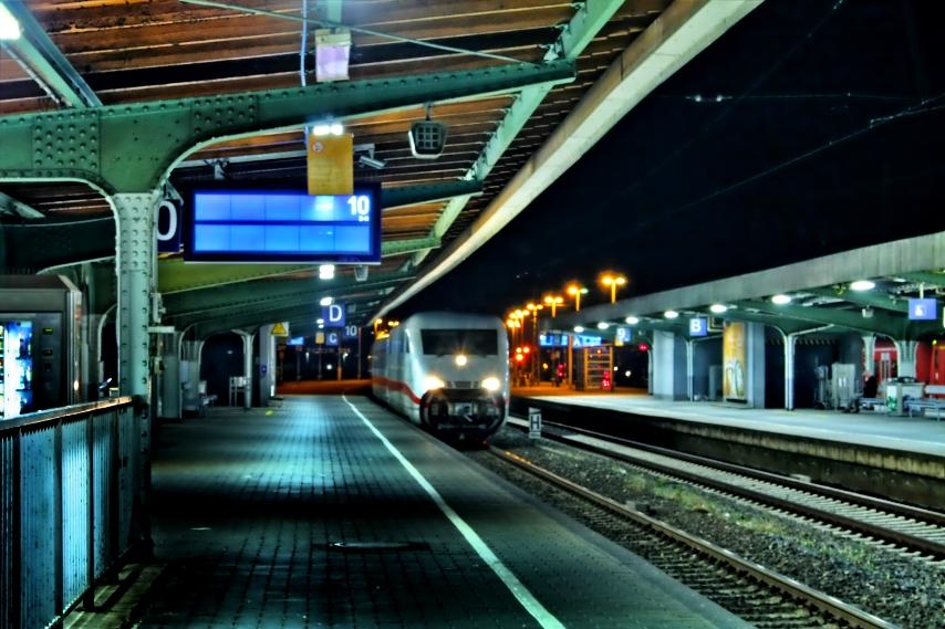 Ice Bei nacht im Bahnhof