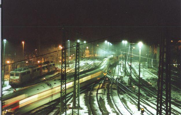 ICE fährt aus dem Bahnhof Cottbus