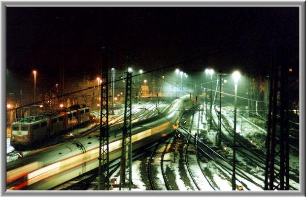 ICE fährt aus dem Bahnhof Cottbus (überarbeitet)