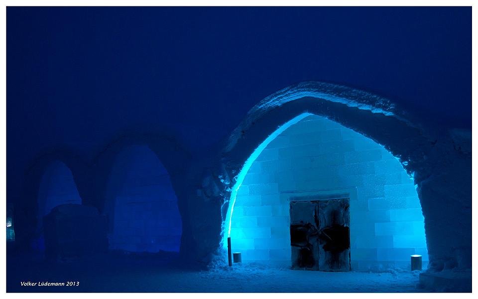 Icehotel in Jukkasjärvi - äußerst blaue Stunde