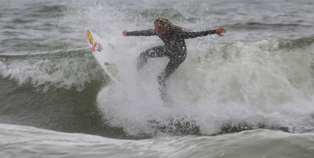 Ich finde es gigantisch wie sicher die Surfer sich in die reißenden Wellen wagen...