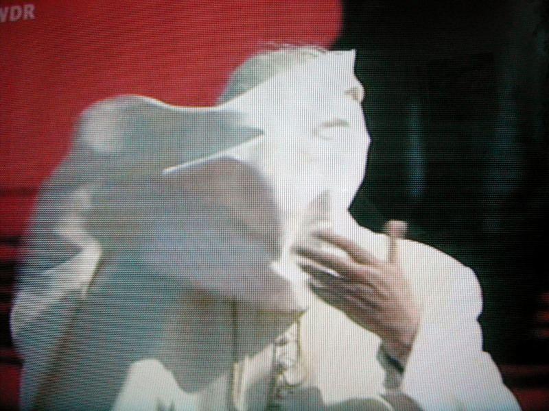 ...ich hab' auch den Papst gesehen. Er mich aber nicht...