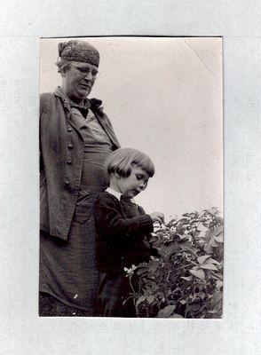 Ich, mit Oma, vor gut 60 Jahren