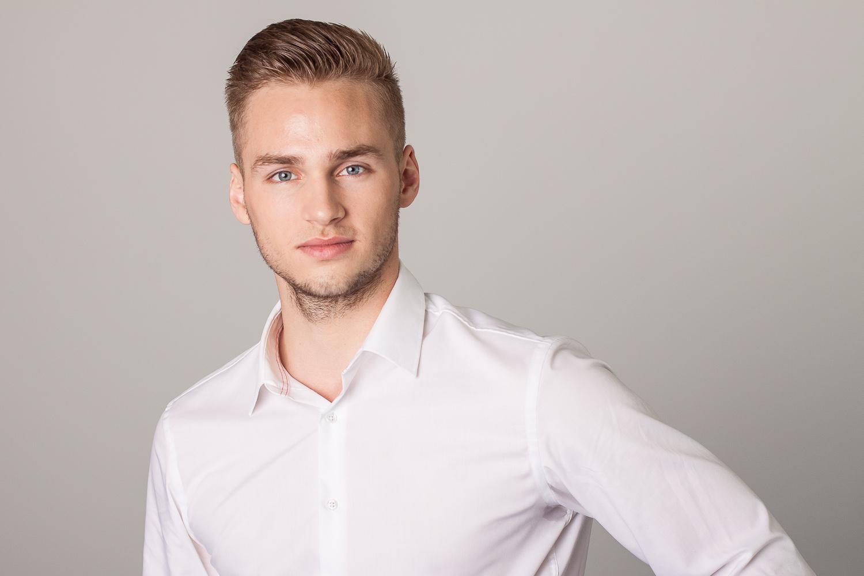 Ich mit weißem Hemd