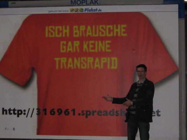 Ich stehe vor meinem Plakat in München