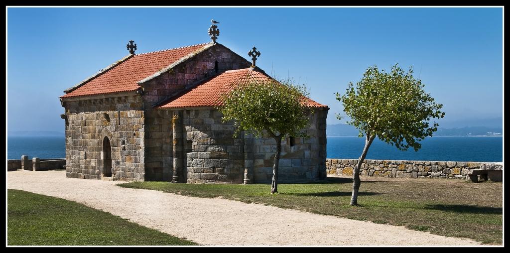 Iglesia de estilo románico en la Lanzada -- Pontevedra