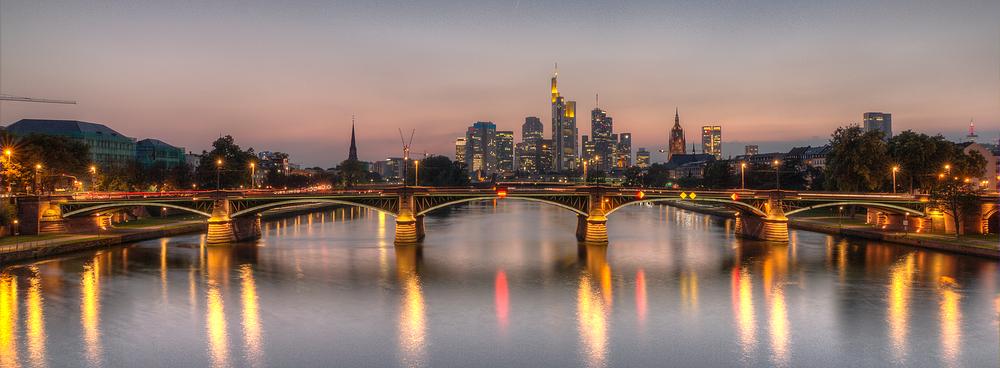 Ignatz-Bubis-Brücke in Frankfurt am Abend