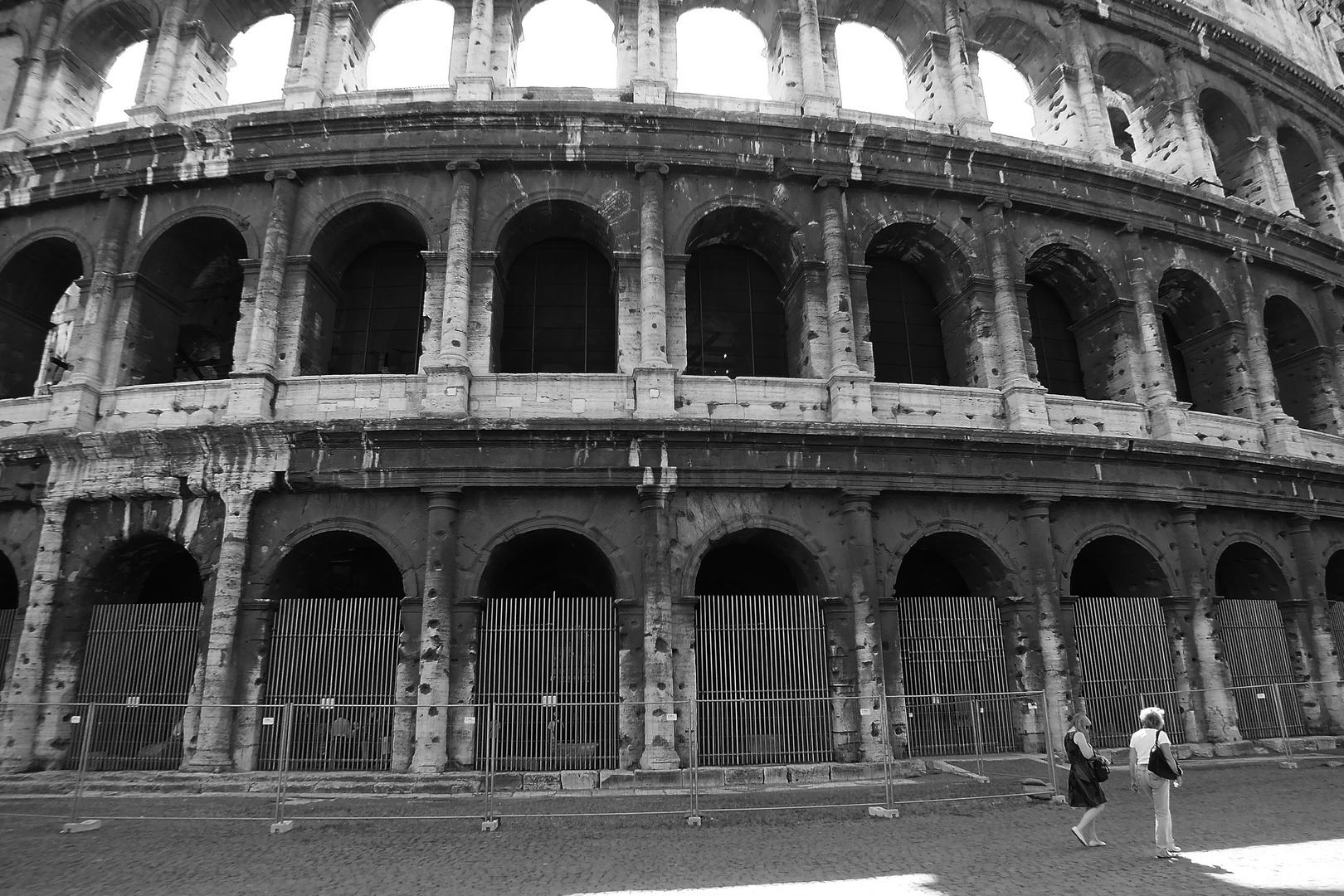 Il fascino di Roma - Il sole al terzo ordine degli archi al Colosseo (b/n)