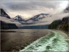Il Fjord attraverso il vetro con forte pioggia.